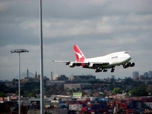 Qantas_747_landing_at_Sydney_Airport